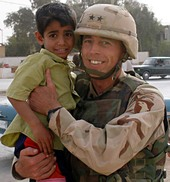 Iraqi_boy_and_petraeus